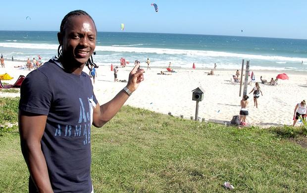 Andrezinho do Botafogo na praia (Foto: André Casado / Globoesporte.com)