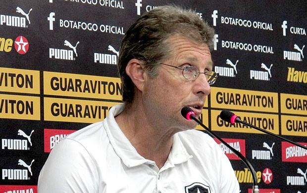 Oswaldo de Oliveira na coletiva do Botafogo (Foto: André Casado / Globoesporte.com)