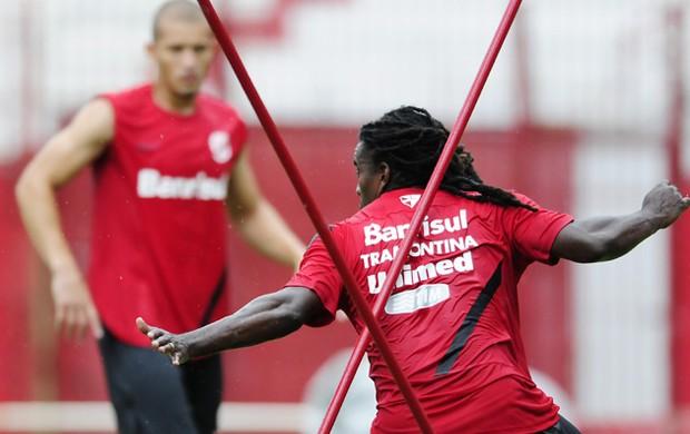 Tinga e Nei treinam fisicamente (Foto: Alexandre Lops/Divulgação, Inter)