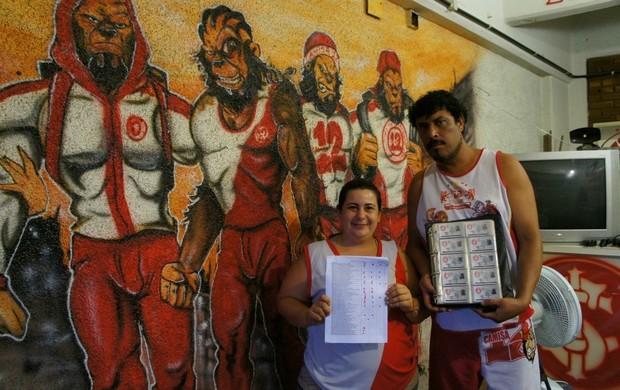 Torcida organizada do Inter exibe ingressos para o Gre-Nal desta quarta (Foto: Diego Guichard / GLOBOESPORTE.COM)