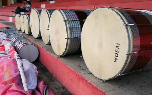 Torcida colorada prepara os instrumentos para a partida de hoje (Foto: Diego Guichard / GLOBOESPORTE.COM)