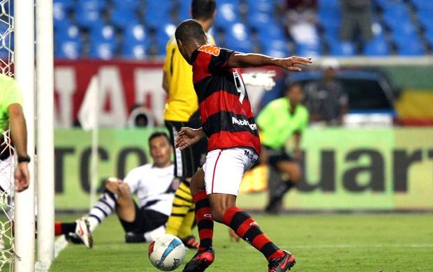 Deivid flamengo perde gol (Foto: Ivo Gonzalez / O Globo)