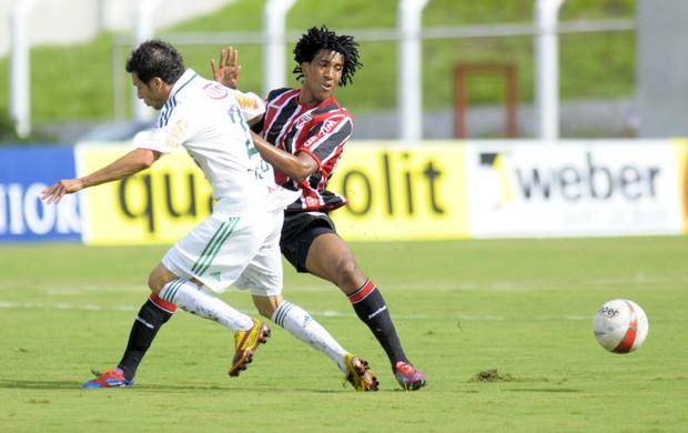 Cicinho, do Palmeiras, disputa bola com Cortez, do São Paulo (Foto: Dorival Rosa/VIPCOMM)