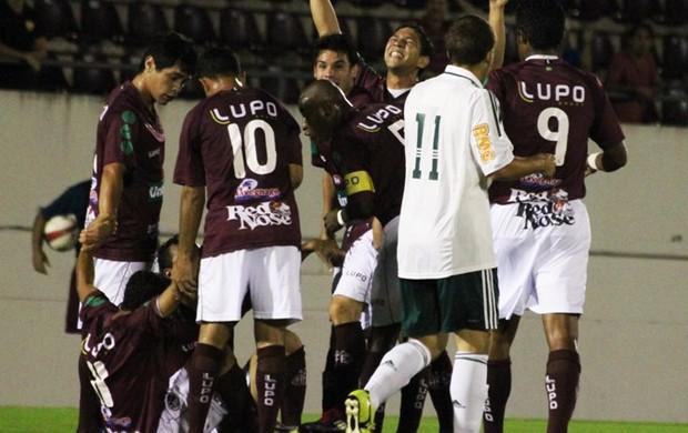 Jogadores da Ferroviária comemoram virada contra o Palmeiras B (Foto: Assessoria Ferroviária)