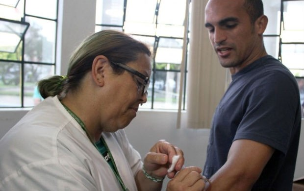 Volante Gil toma vacina para estreia do Coritiba na Copa do Brasil (Foto: Divulgação / Coritiba)