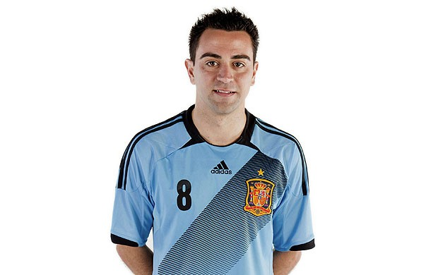Xavi posando com o novo uniforme da Espanha (Foto: EFE)
