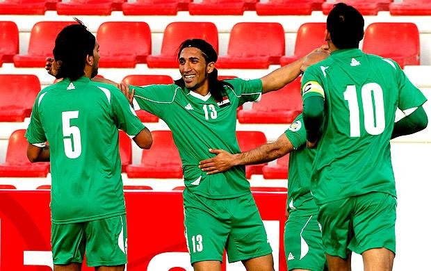 jogadores do Iraque comemoram gol sobre CIngapura (Foto: Reuters)