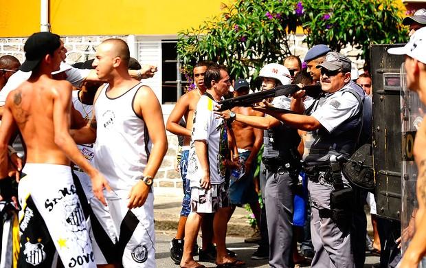 confusão de torcida na Vila Belmiro (Foto: Marcos Ribolli / GLOBOESPORTE.COM)