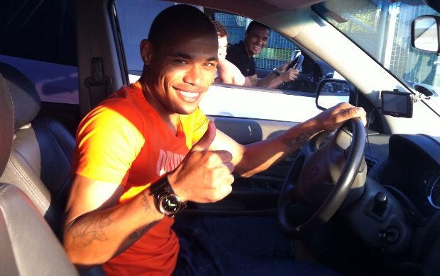 Júnior Urso muda o visual no Coritiba. Atrás, Emerson brinca com o colega (Foto: Gabriel Hamilko / GloboEsporte.com)