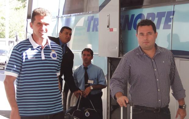 Jogadores do Cruzeiro no embarque (Foto: Lucas Catta Prêta / Globoesporte.com)
