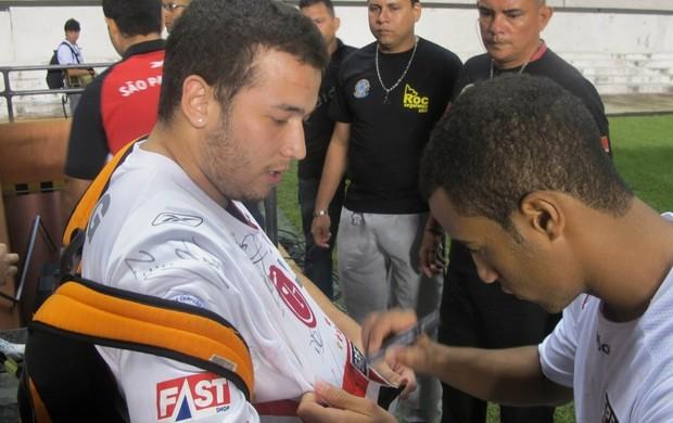 Lucas São Paulo atende torcedor Belém (Foto: Marcelo Prado / GLOBOESPORTE.COM)