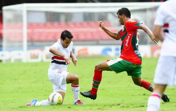 Jadson, do São Paulo, tenta passar pela marcação da Lusa (Foto: Marcos Ribolli / Globoesporte.com)