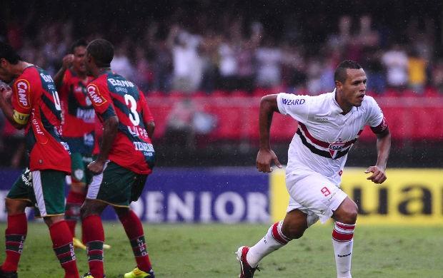Luis Fabiano comemora gol do São Paulo contra a Lusa (Foto: Marcos Ribolli / Globoesporte.com)