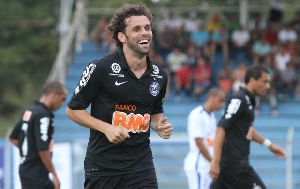 Lincoln comemora os três gols dele na goleada do Coritiba sobre o Iraty (Foto: Raphael Brauhardt / Divulgação Coritiba)