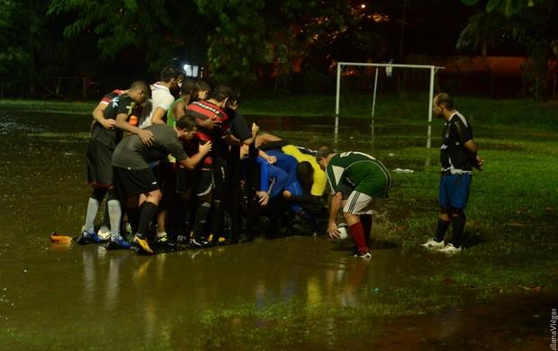 Jogadores do Bumba Rugby treinam debaixo de muita chuva em São Luís (Foto: Quilana Viégas)