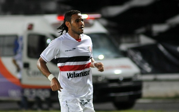 Dênis Marques marca para o Santa Cruz contra o Penarol-AM (Foto: Aldo Carneiro)