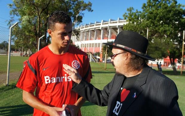 Leandro Damião recebe homenagem de poeta (Foto: Diego Guichard/GLOBOESPORTE.COM)