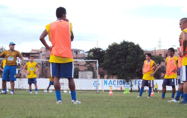 Após o degenerativo, Léo Goiano (com a bola) dialogou jogadas com os jogadores (Foto: Adeilson Albuquerque/GLOBOESPORTE.COM)