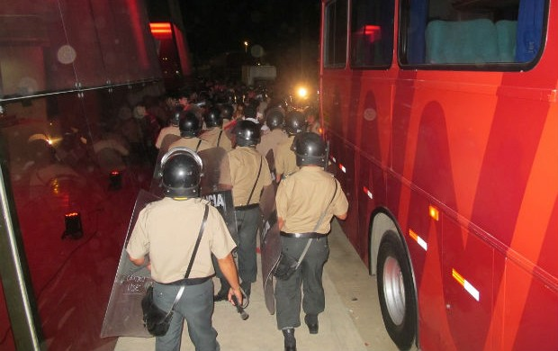 Policiais peruanos atuam na segurança do ônibus do Santos (Foto: Marcelo Hazan / globoesporte.com)