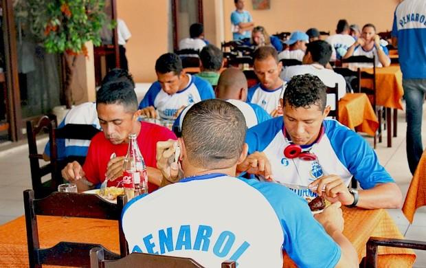 Penarol comemora vitória contra o Santa Cruz, em churrascaria=15-03-2012 (Foto: Anderson Silva/Globoesporte.com)