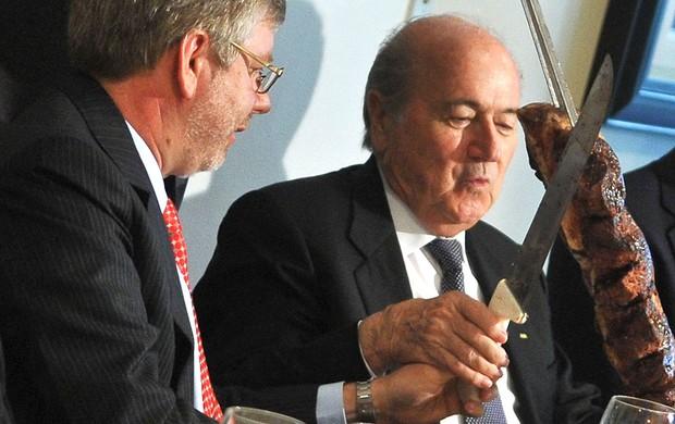 Blatter comendo churrasco no Brasil (Foto: Antônio Cruz / Ag. Brasil)