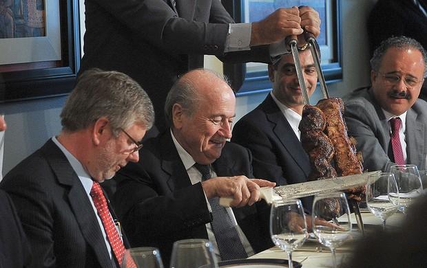 Joseph Blatter, presidente da FIFA, comendo churrasco na Câmara dos Deputados  (Foto: Antônio Cruz / Ag. Brasil)