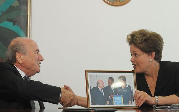 Dilma em encontro com Joseph Blatter  (Foto: Fernando Bizerra Jr. / EFE)