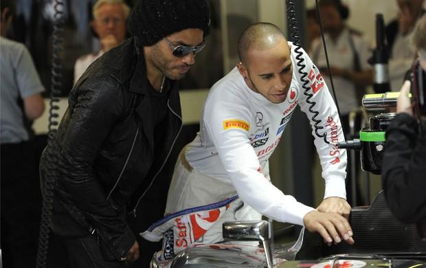 Lewis Hamilton e Lenny Kravitz em Mekbourne (Foto: AP)