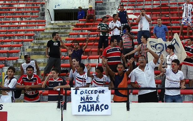 Torcida do Santa Cruz protesta contra eliminação na Copa do Brasil (Foto: Pedro Costa / GloboEsporte.com)