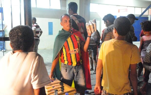Vendedor ambulante comercializa alimentos, em São Luís, para serem trocados por ingressos nos jogos do Maranhão Basquete, pela LBF (Foto: Divulgação/Biaman Prado/Maranhão Basquete)