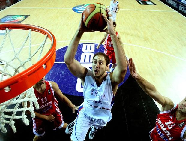 Nenad Krstic da Sérvia na partida do mundial de basquete
