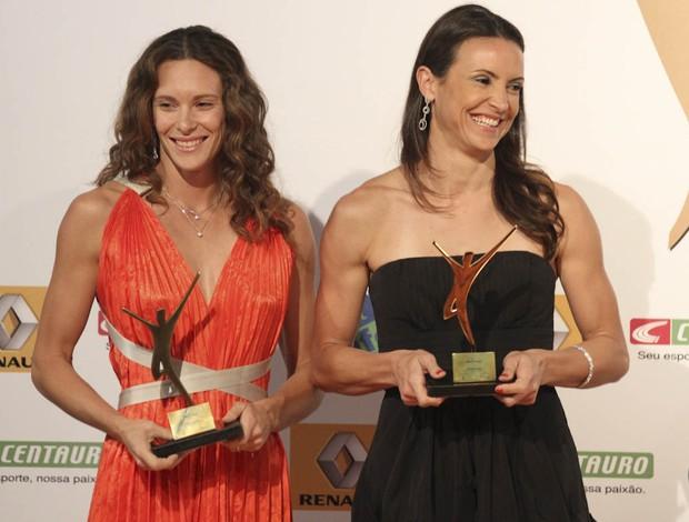 Fabiana Murer e Maurren Maggi exibem prêmio de melhores do ano da revista Sport Life
