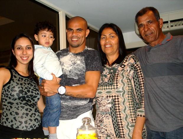 Alessandro do Botafogo comemorando aniversário com a família