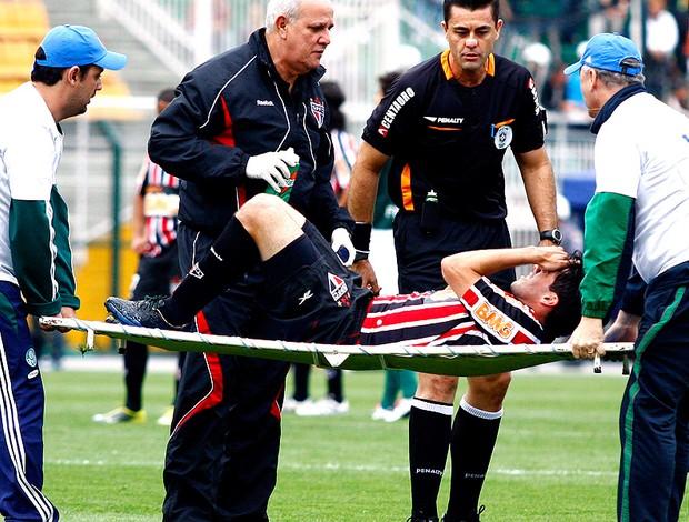 Ilsinho deixa o campo na maca no jogo entre São Paulo e Palmeiras