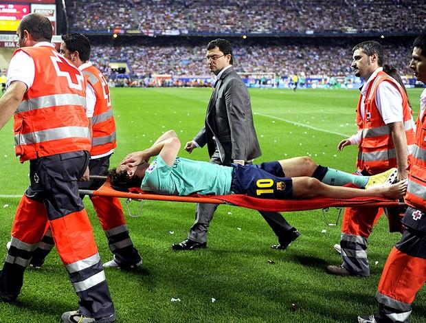 Messi machucado na maca após jogo do Barcelona