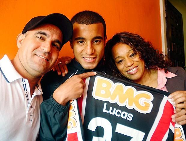 Lucas do São Paulo em casa com a família