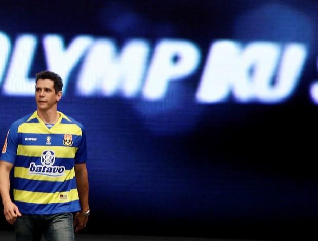 Ator Marcio Garcia desfila com camisa do Flamengo