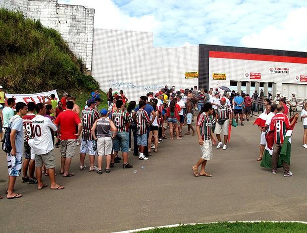 torcida do Fluminense chegando ao Barradão
