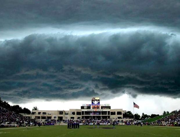 tempestade jogo futebol americano universitário entre Central Florida e kansas State