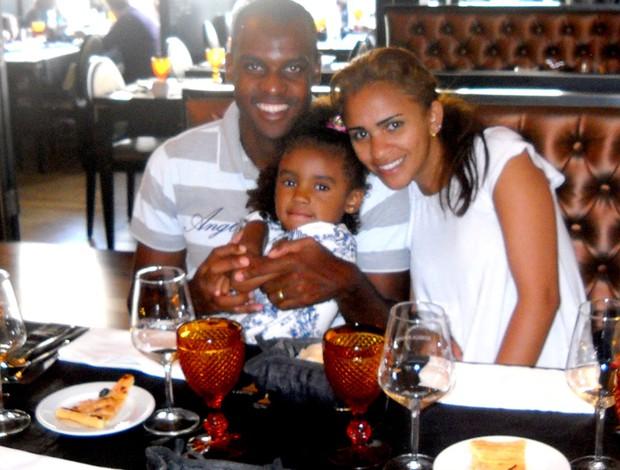 Leo Fortunato, com a filha Alice Victoriae a esposa Neuza em restaurante em Braga