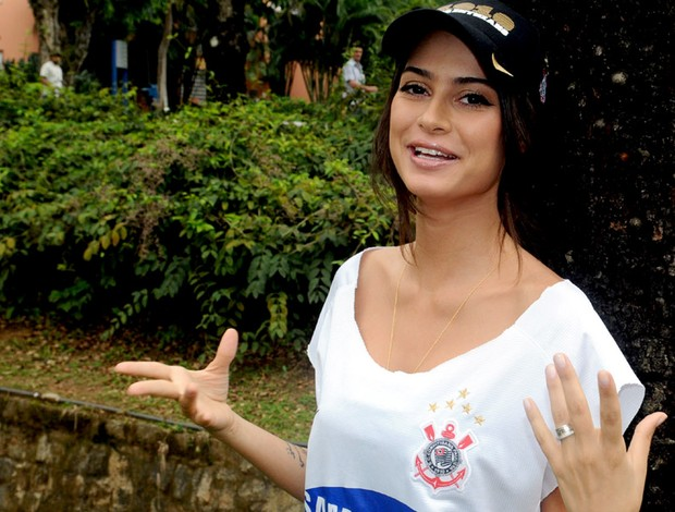 thaila ayala com a camisa do corinthians