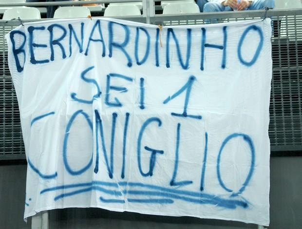 Faixa no Mundial de Vôlei, em Roma, chama Bernardinho de covarde