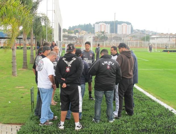 Torcida do Corinthians cobra em treino no Parque Ecológico