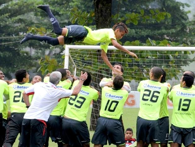 Rafinha é jogado pro alto em treino do Flamengo