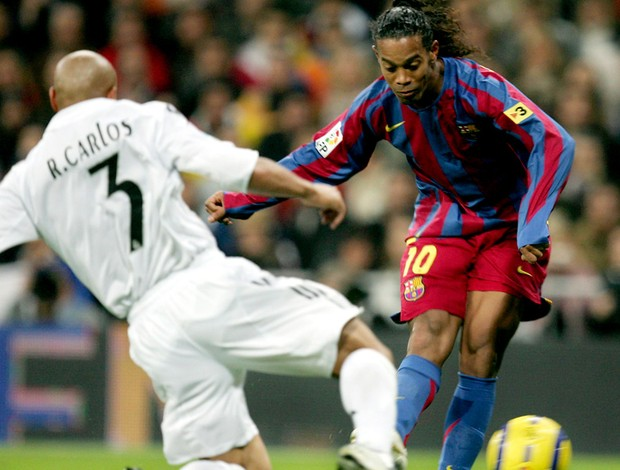 ronaldinho chuta para marcar, Real Madrid 0 x 3 Barcelona, 19/11/2005 (Foto: Getty Images)