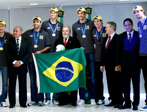 vôlei - presidente lula e seleção brasileira no planalto