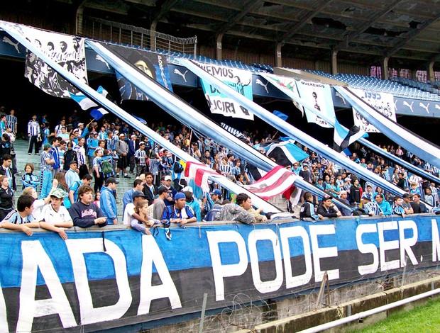 Torcida no treino do Grêmio (Foto: Globoesporte.com)