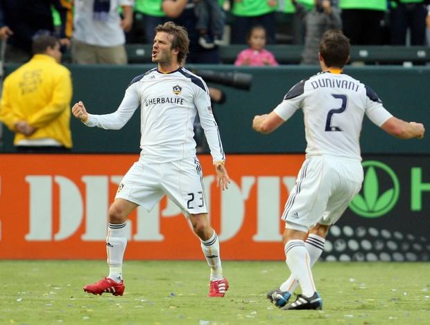 David Beckham comemora seu gol pelo Los Angeles Galaxy com Todd Dunivant (2)