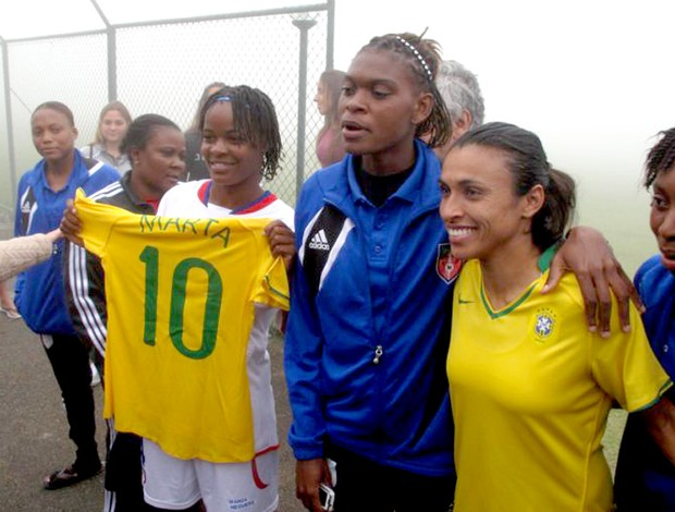 Marta entrega camisa da seleção brasileira pra jogadora do Haiti
