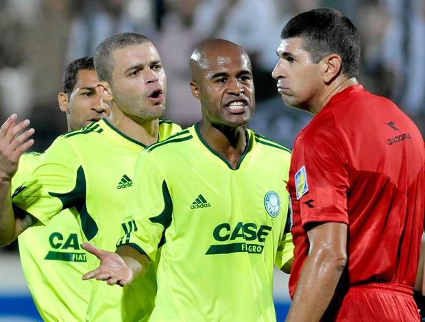 jogadores do palmeiras reclamam com o árbitro marcelo de lima henrique, atlético-mg x palmeiras